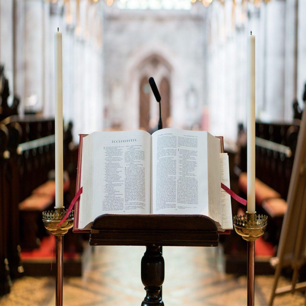 Bible ouverte entre des stalles d'église
