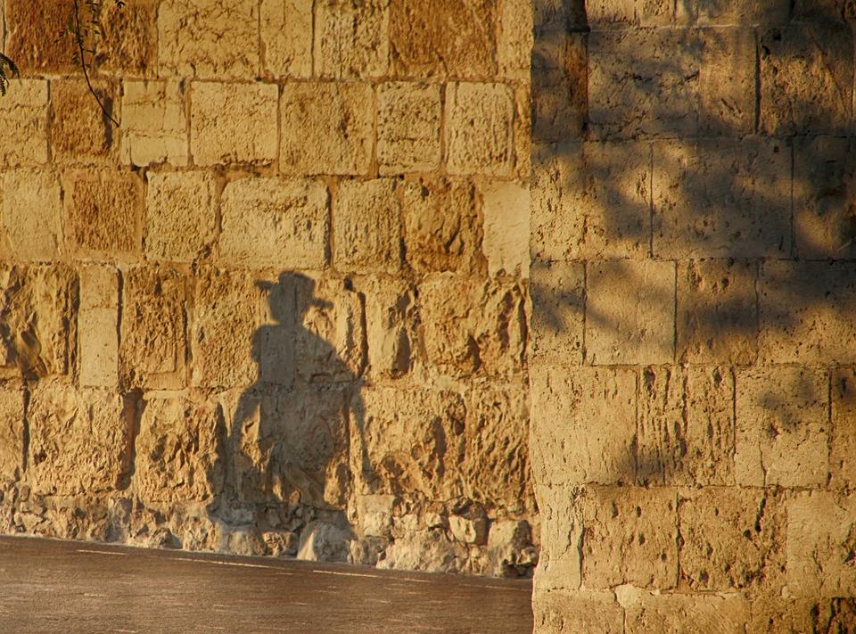 Silhouette devant un mur de pierre